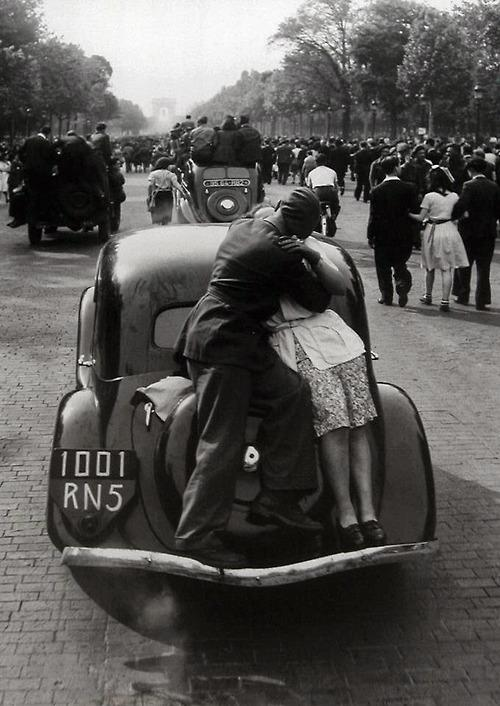 The liberation of Paris August 1944 by RobertDoisneau_pictureSource_HistoryInPictures_atHistoryInPicsOnTwitter